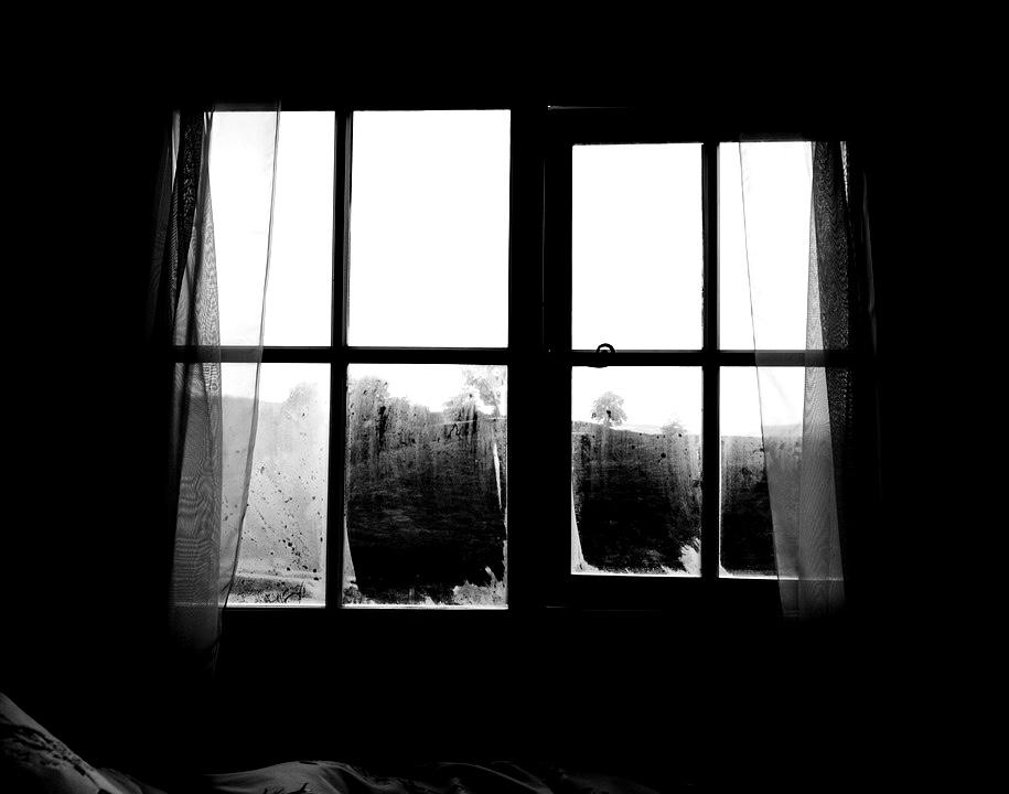 Entre las cortinas