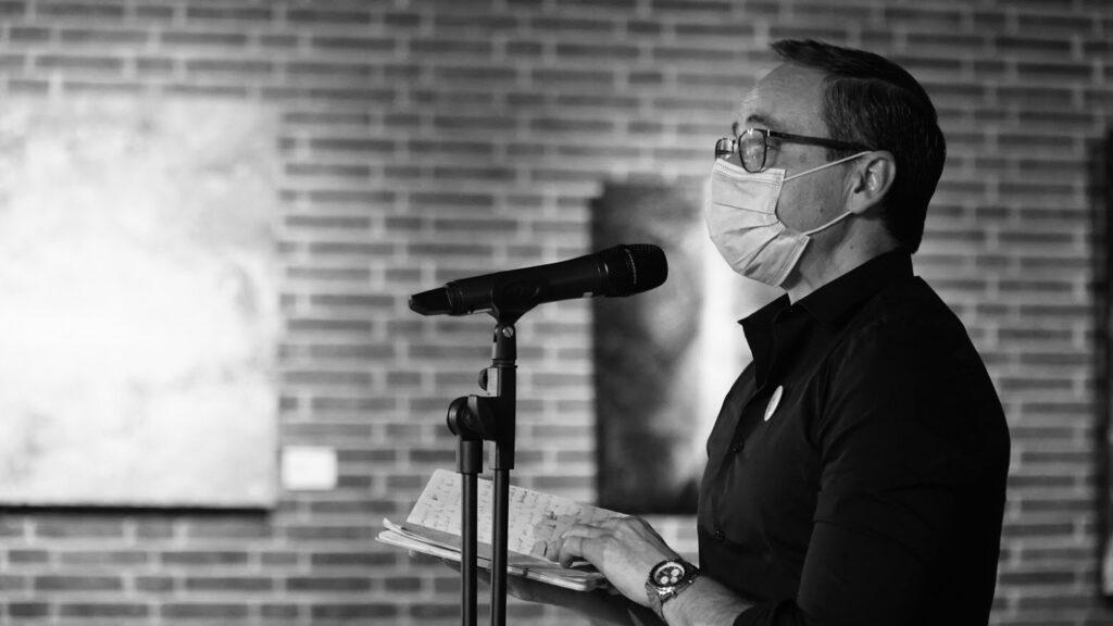 No creo que el poeta esté condenado a la errancia y al extrañamiento: Antonio Praena